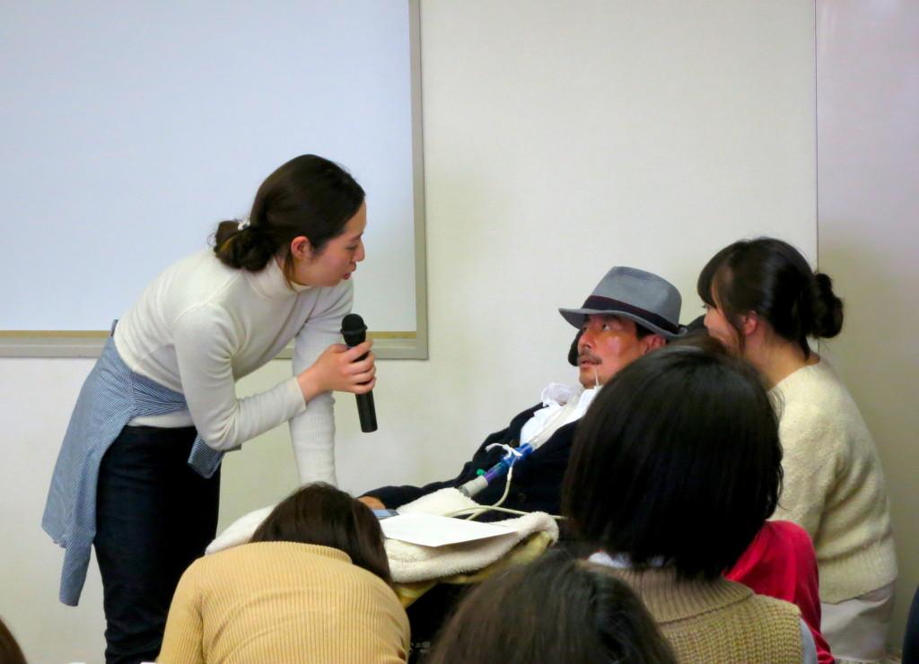 口文字を使って講演する岡部宏生さん